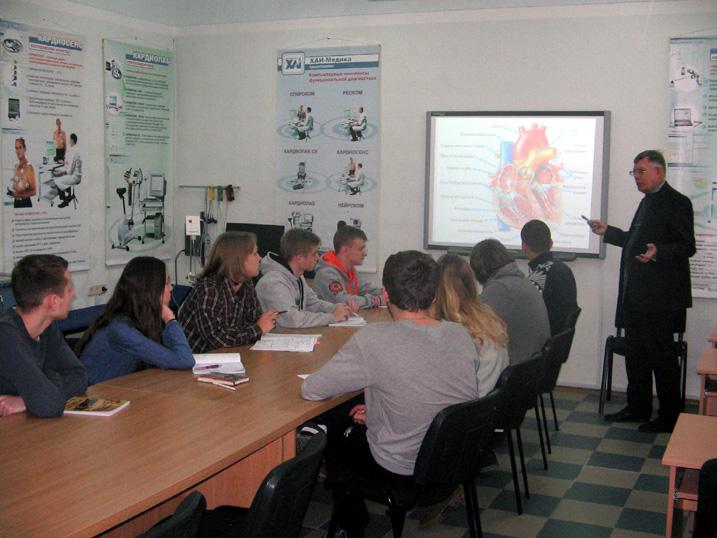 Професор Олійник В.П. читає лекцію в лабораторії Біомедичної інформатики і радіоелектроніки