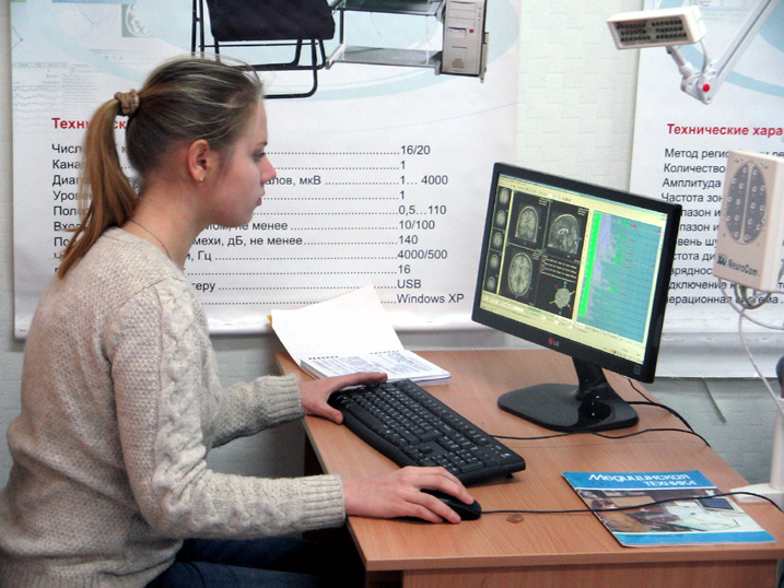 Магістрант проводить наукові дослідження в лабораторії Біомедичної інформатики і радіоелектроніки